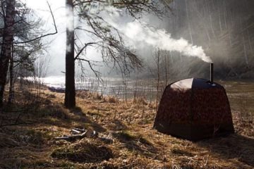 Туристический шатер-баня в лесу возле реки