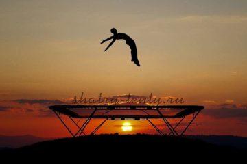Профессиональный прыжок на батуте во время рассвета
