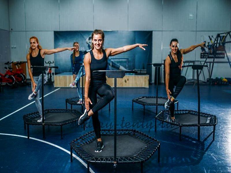 Занятие джампинг фитнесом на маленьком фитнес-батуте