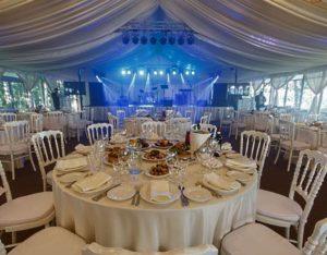 Сервированный стол в шатре-павильоне LIVE GROUP 9 Х 9 М со стеклянными стенками украшенном для проведения свадьбы