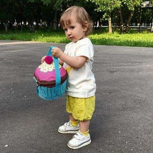 Маленькая сумка холодильник в руках у ребенка