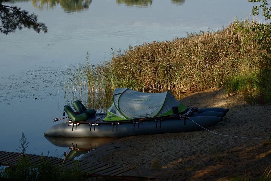 Палатка размером до 2 на 2 м на небольшом плоте