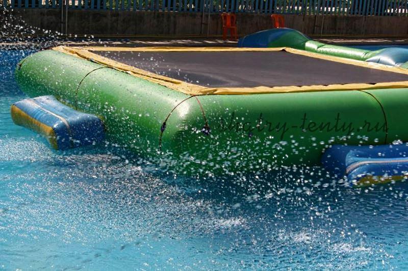 Просторная надувная платформа на воде