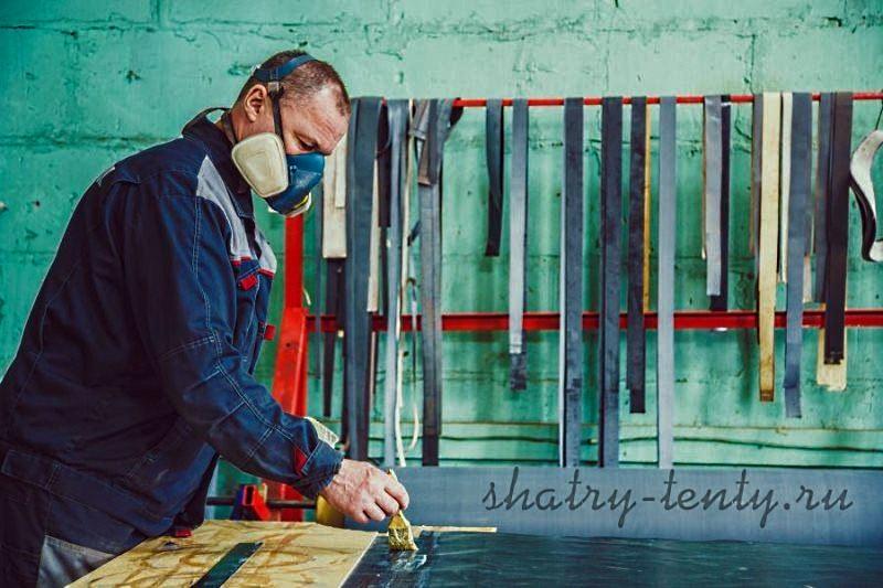 Специалист проводит качественный и аккуратный ремонт тента
