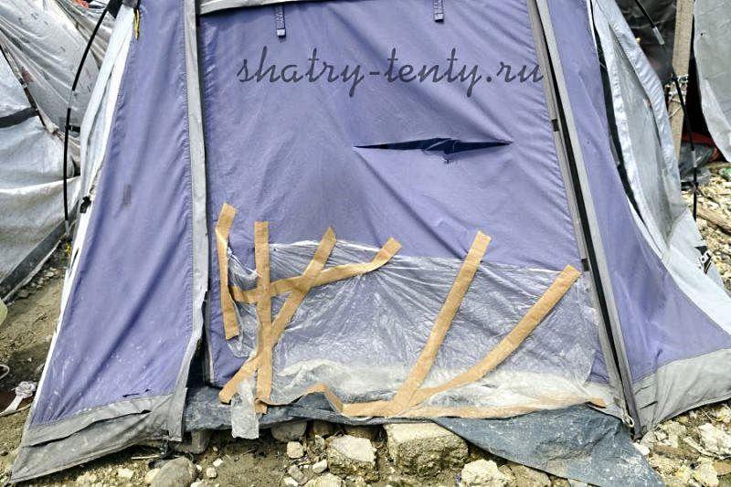Ремонт тента палатки на скорую руку с помощью полиэтилена и монтажной ленты