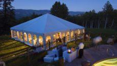 Мероприятие на природе в четырехскатном шатре со стенками в виде арочных окон
