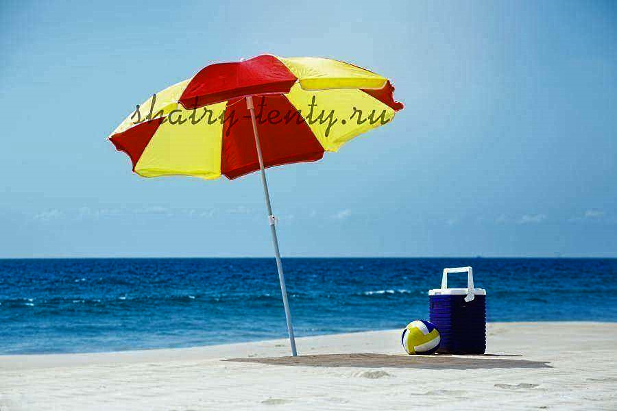 Термоконтейнер на пляже под зонтом