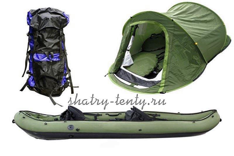 Зеленая туристическая палатка на катамаран