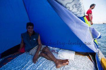 Отдых в установленном на плоту шатре