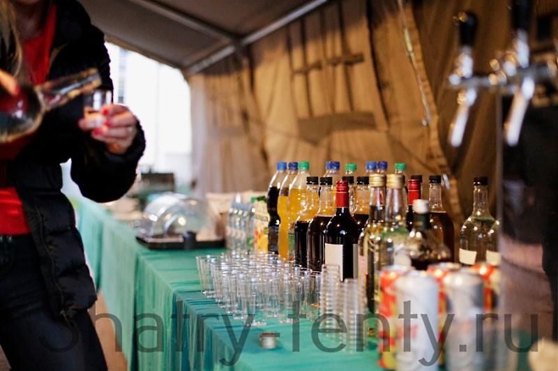 Алкогольные напитки в ресторане под шатром