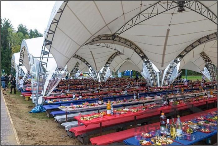 Банкет на фестивале под арочными шатрами