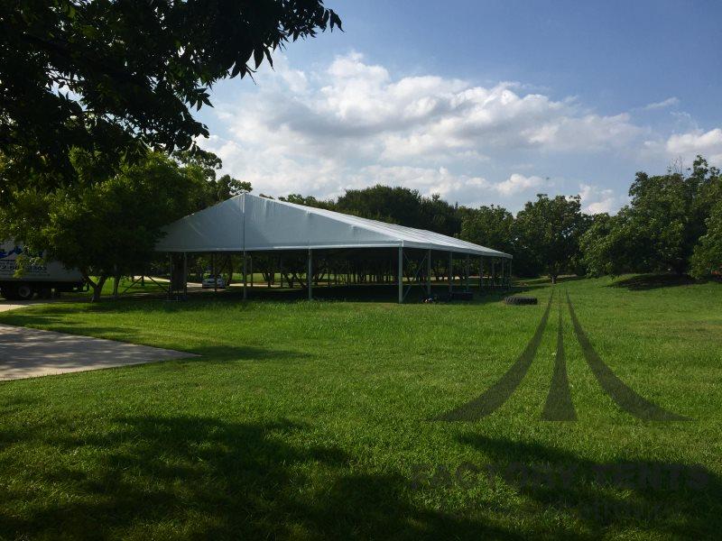 Большая открытая площадка под классическим шатром