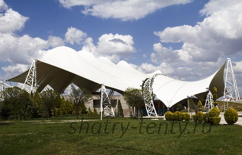 Большой мембранный шатер с изящными изгибами