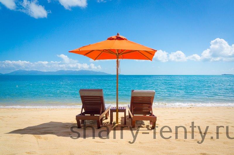 Большой зонт тент на пляже защищает ультрафиолета и солнечных ожогов