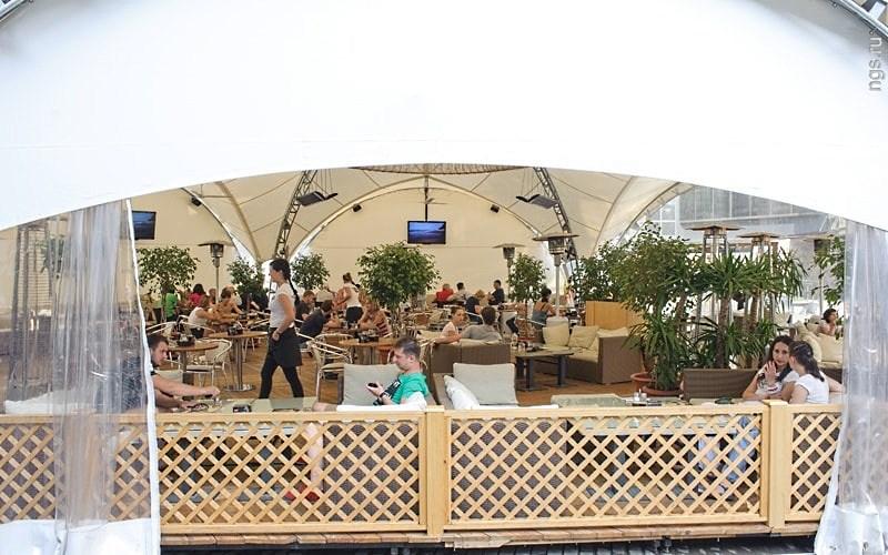 Летнее кафе в шатре работающее в дневное и вечернее время