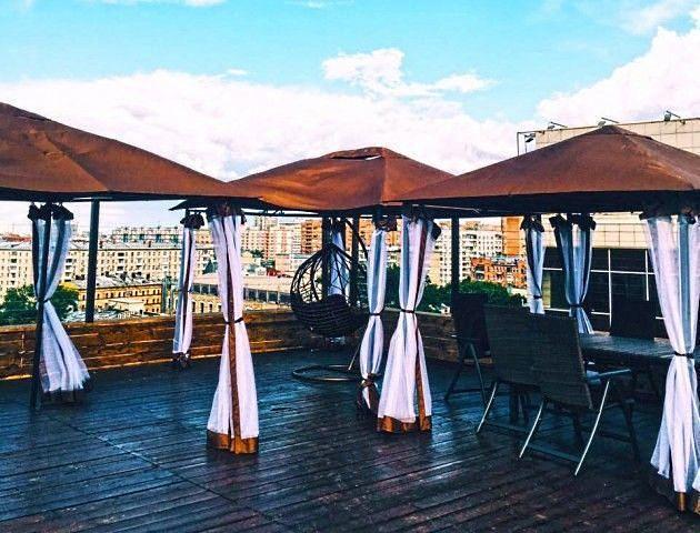 Кафе на крыше с отдельными столиками под мобильными шатрами