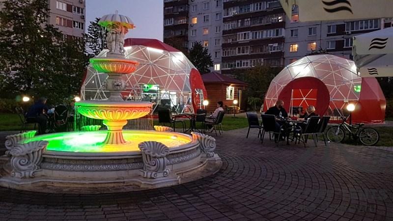Кафе в каскаде сферических шатров