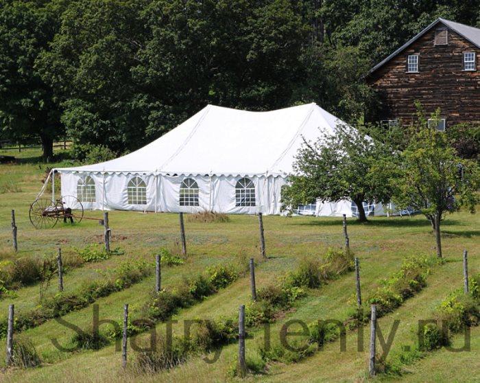 Классический двухскатный шатер на природе