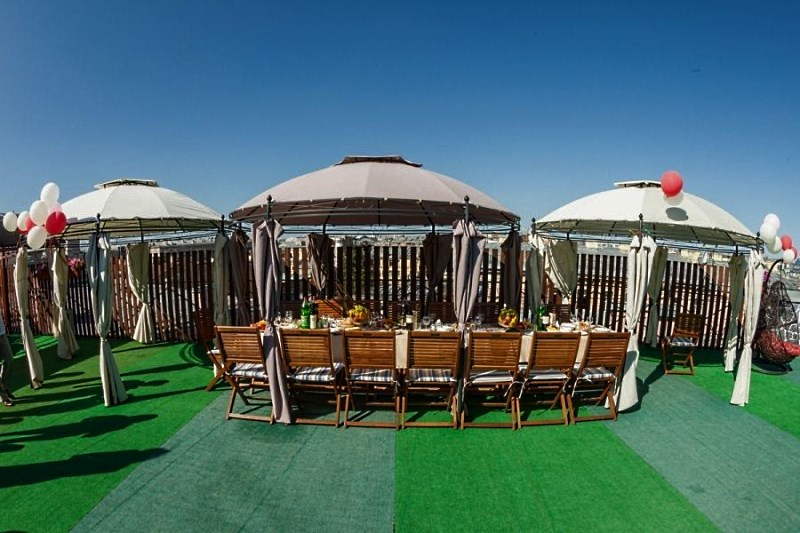 Круглые садовые шатры с прочным металлическим каркасом в зоне отдыха на крыше