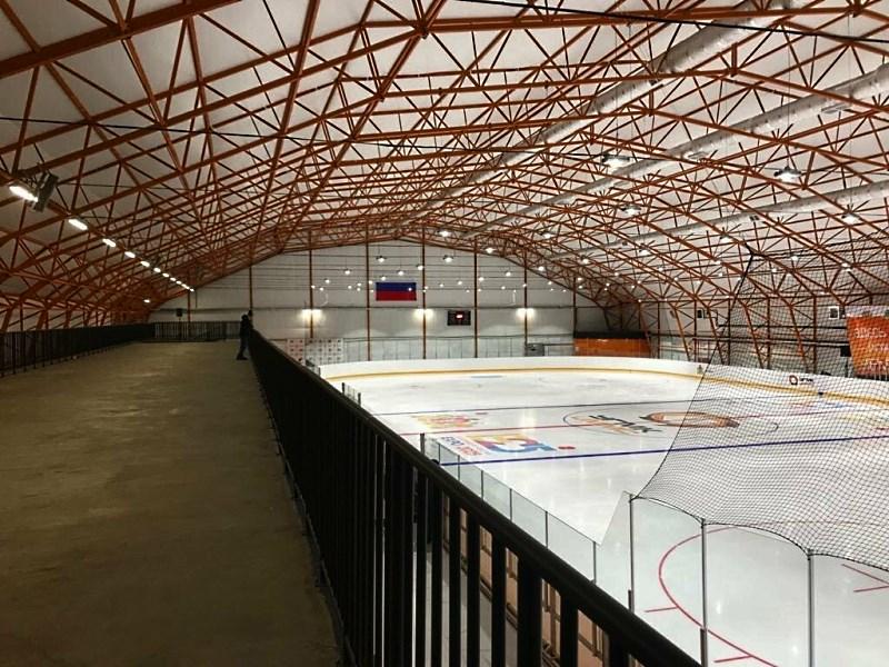 Ледовая арена в тентовом ангаре с местом для трибун и подсобных помещений