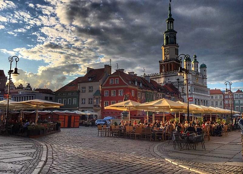 Летнее кафе на городской площади