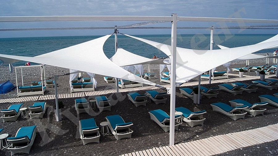 Мембранный шатер на площадке аэрария в пляжной зоне возле моря