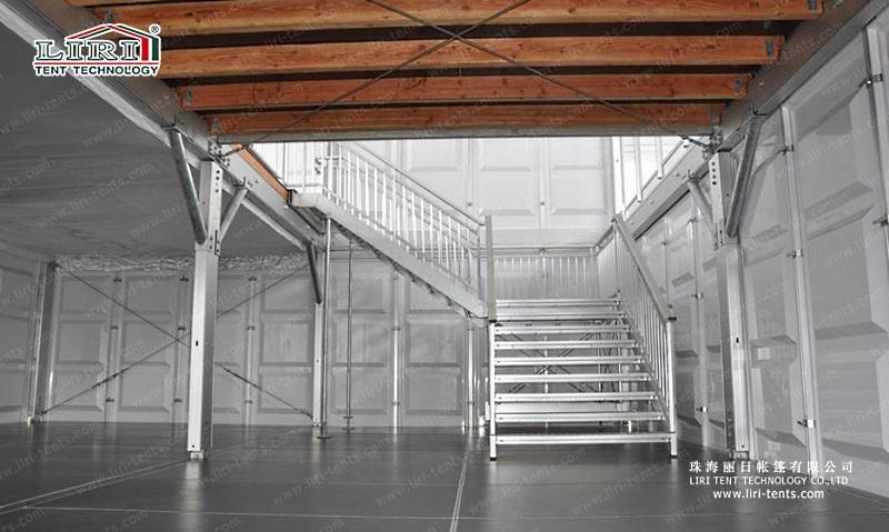 Межэтажная лестница в двухэтажном шатре LIRI DDS