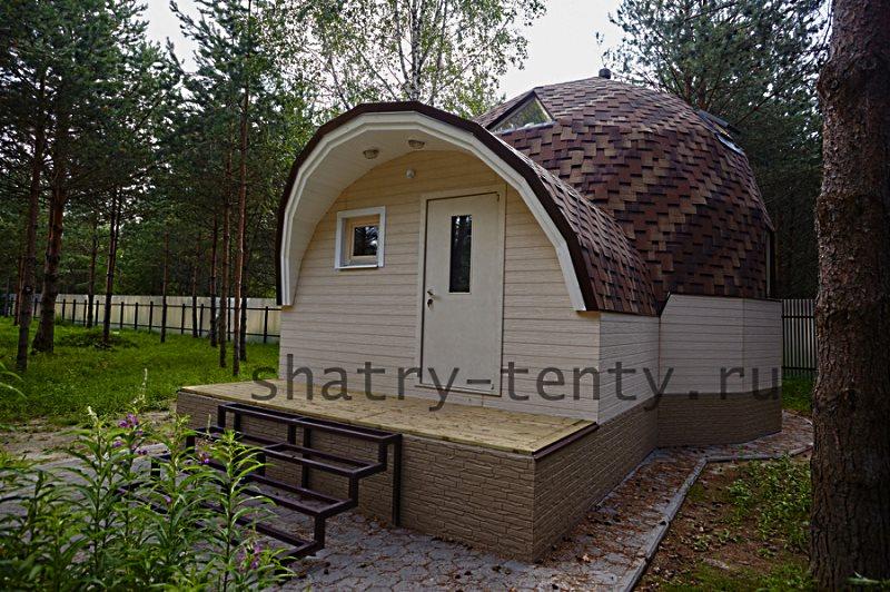 Небольшой деревянный дом сфера в лесу