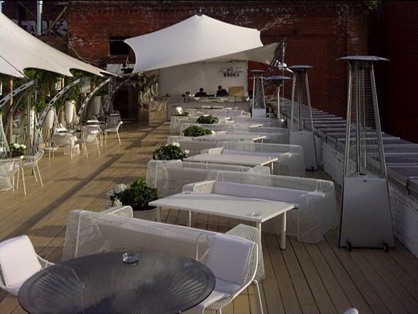 Современный ресторан под шатром на крыше