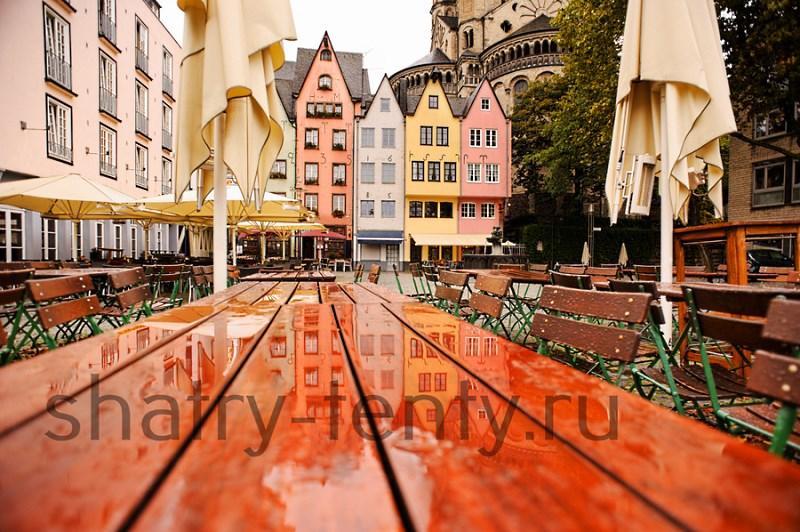 Сложенный зонт для кафе на городской площади