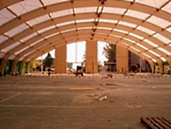 Строительство теннисного корта в шатре