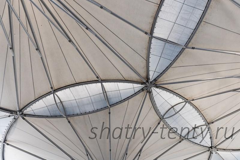 Тент из мембраны установленный в виде «крыши» от солнца и осадков над уличной площадкой или верандой ресторана