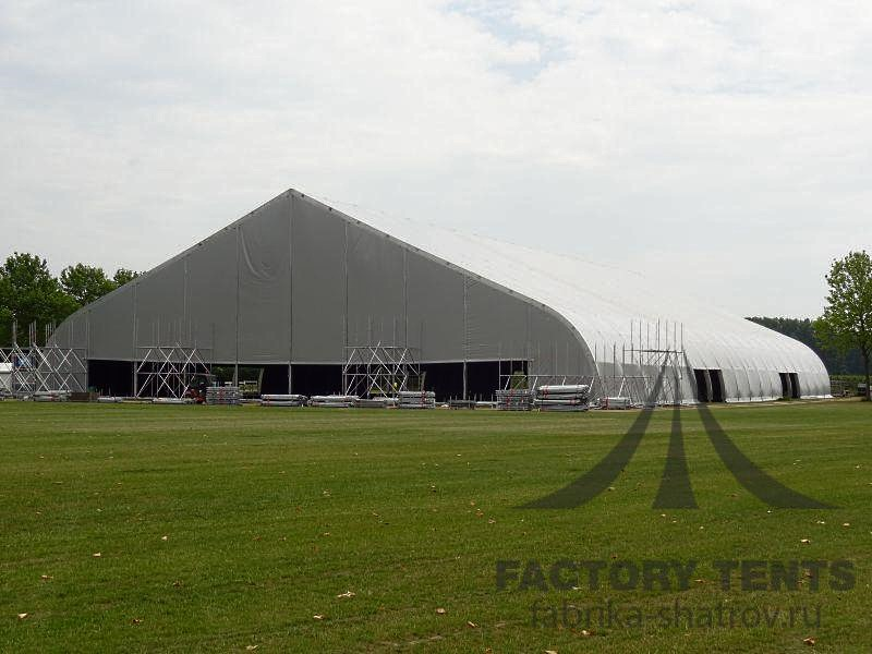 Крытый теннисный корт под большим шатром