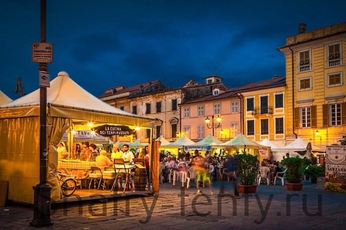 Уличное кафе на городской площади под шатрами