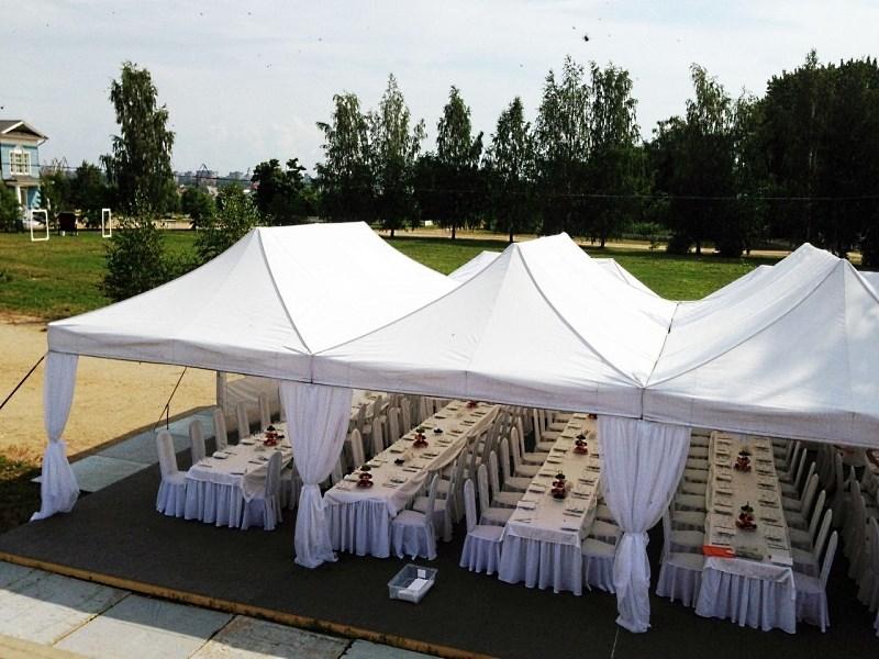Установка столов прямоугольной формы в прямоугольных шатрах