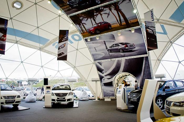 Выставка автомобилей в сферическом шатре