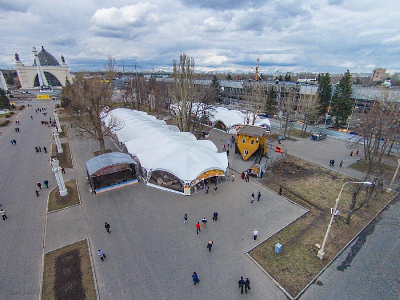 Ярмарка в больших арочных шатрах