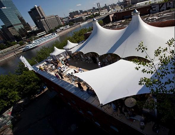 Зона отдыха на крыше для проведения праздников и вечеринок